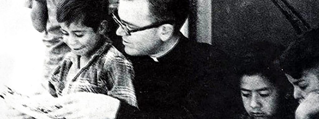 Fr. Wasson shares his love of learning with the pequeños with the goal of creating future teachers in 1958