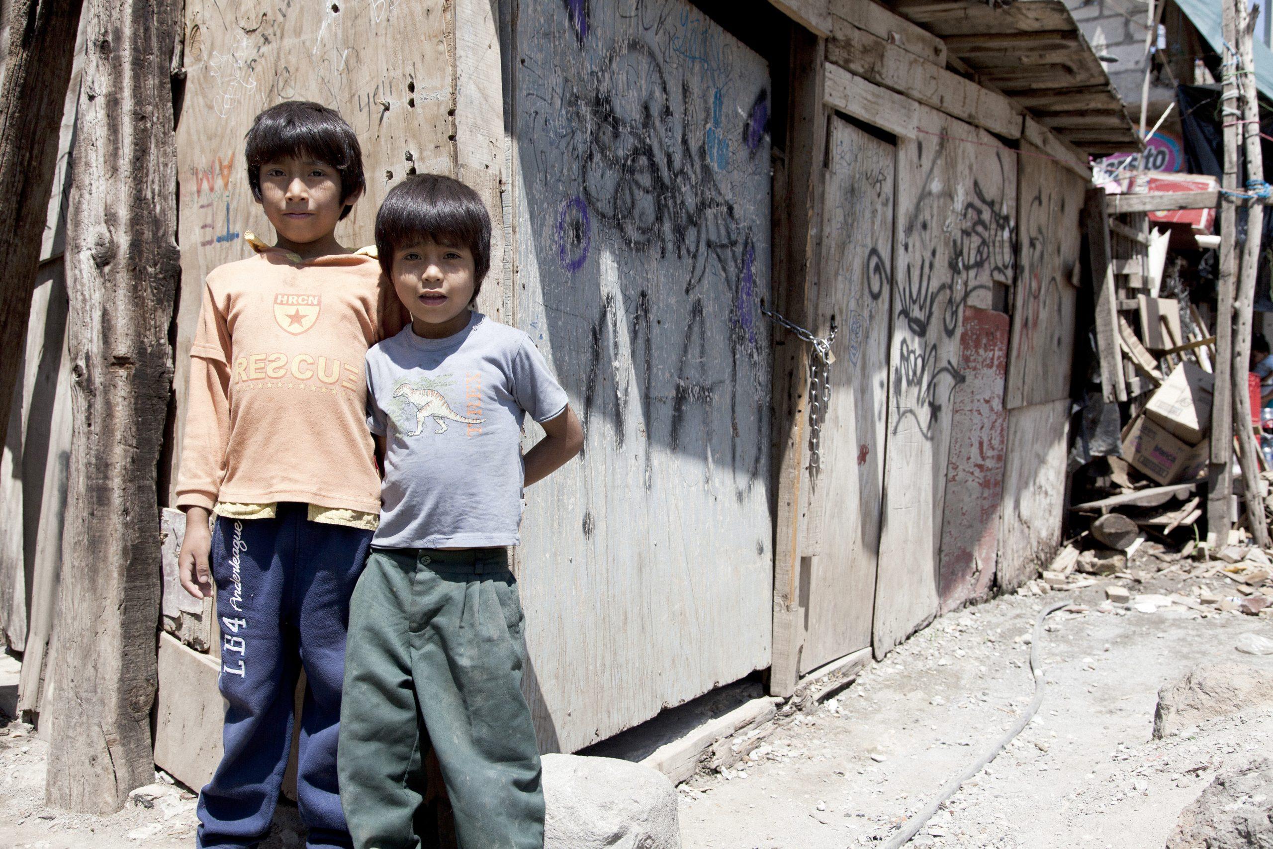 Pobreza infantil en América Latina -Dos niños empobrecidos en México