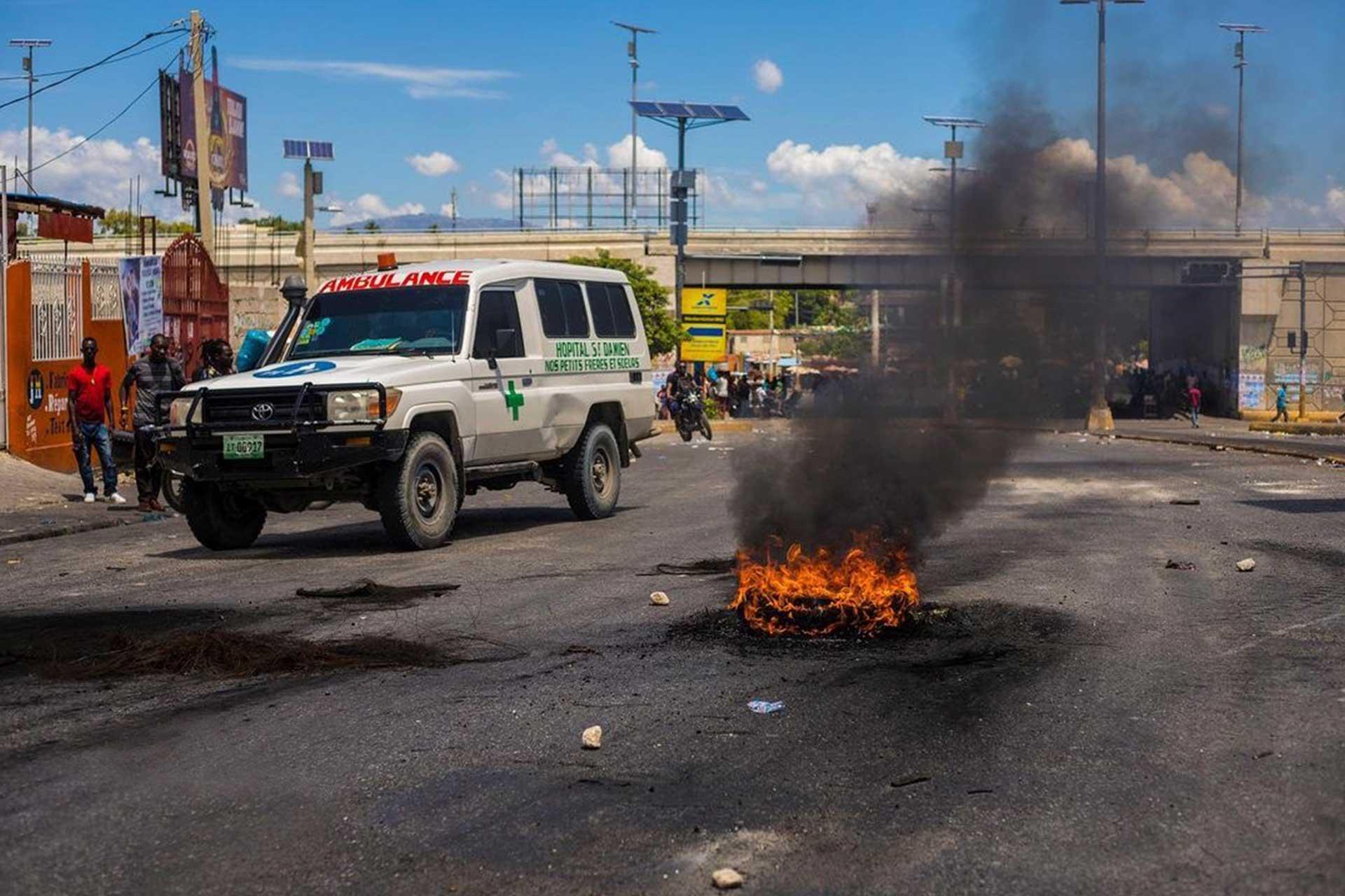 Imagen de ambulancia conduciendo quemando un neumático en medio de la carretera
