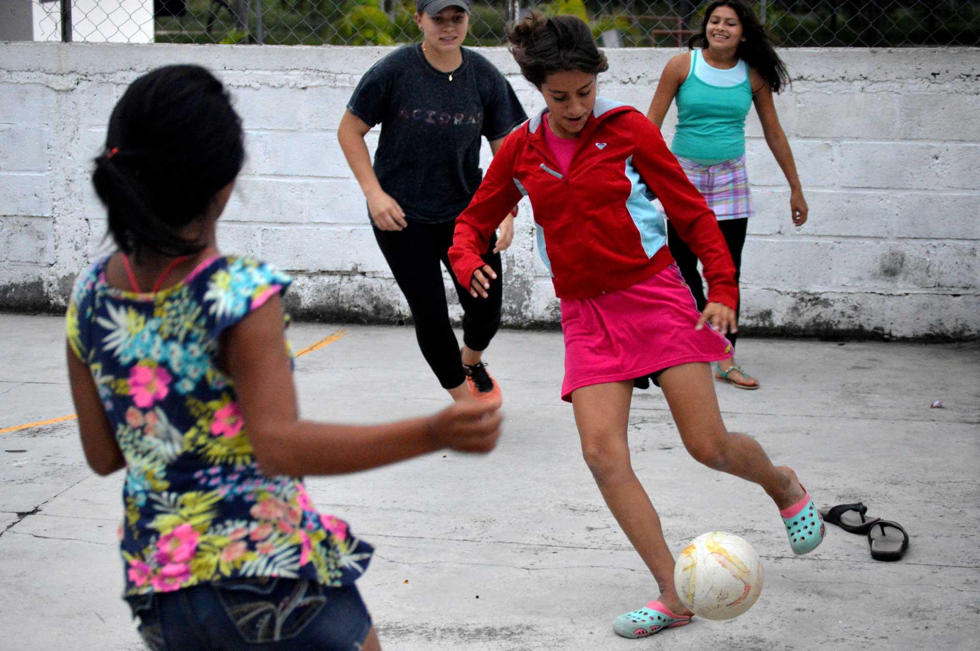 Niños jugando fútbol / fútbol